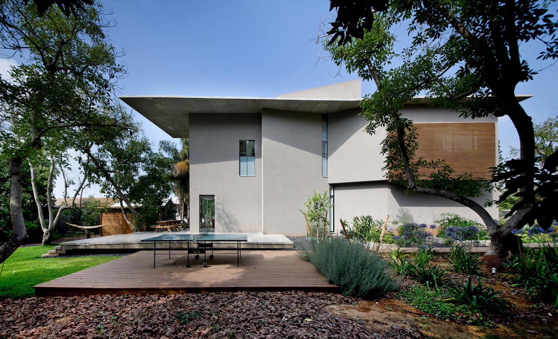 Cải tạo nhà 2 tầng với thiết kế hiện đại, tối giản, xung quanh là hàng cây xanh tươi mát